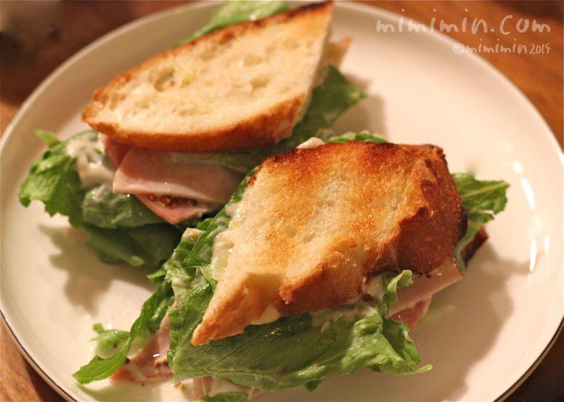 バケットのハムチーズホットサンドイッチの写真