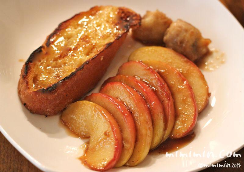 りんごとバナナのカラメルソテーとフレンチトーストの写真