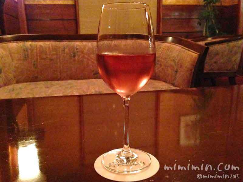 軽井沢万平ホテルのバーのロゼワインの画像