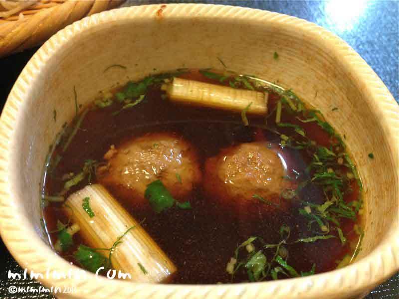 割烹 熊魚菴・軽井沢万平ホテルの鴨汁そばのつゆの写真