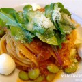 軽井沢アウトレットのコムサカフェのモッツァレラチーズと枝豆の ミートソースパスタの写真