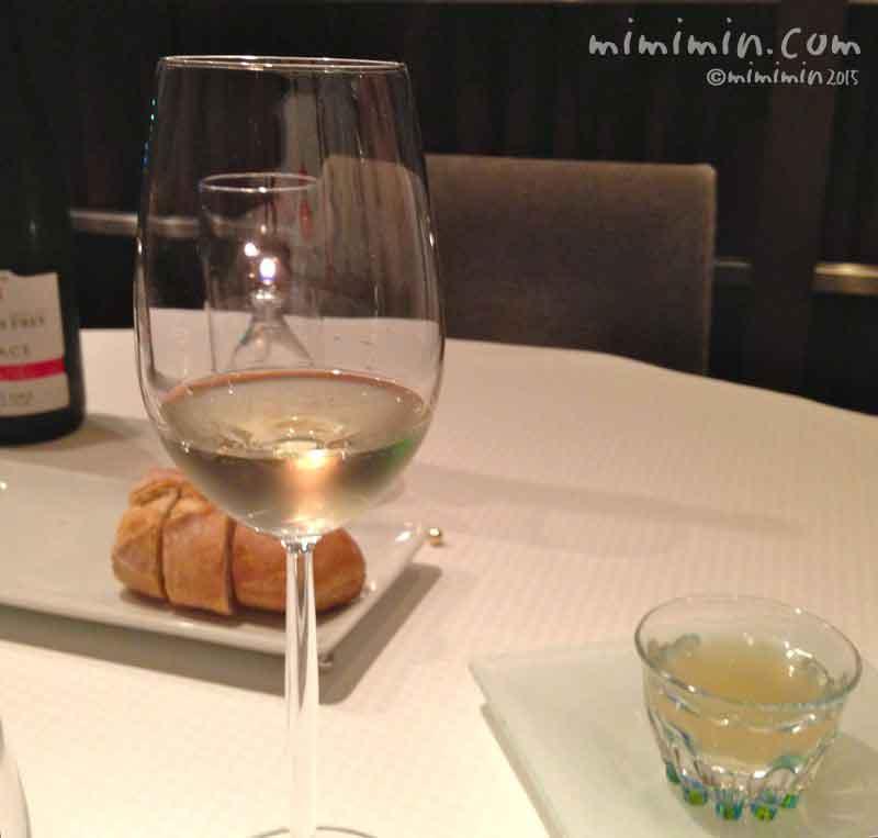 ジョンティアッシュ・ワインとパンの写真