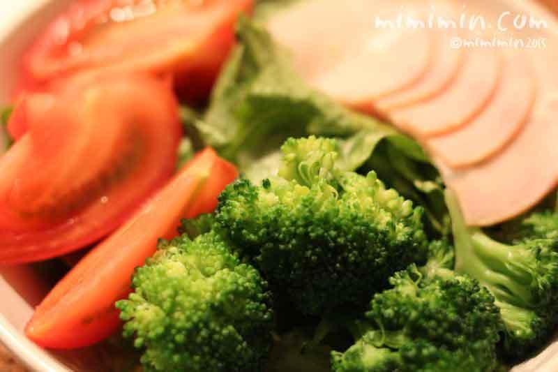 ハムと野菜のサラダの画像