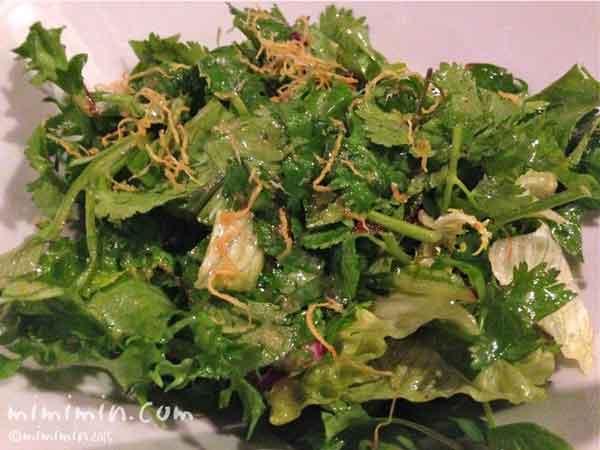 パクチーが決め手の季節野菜とXO醤のサラダの写真