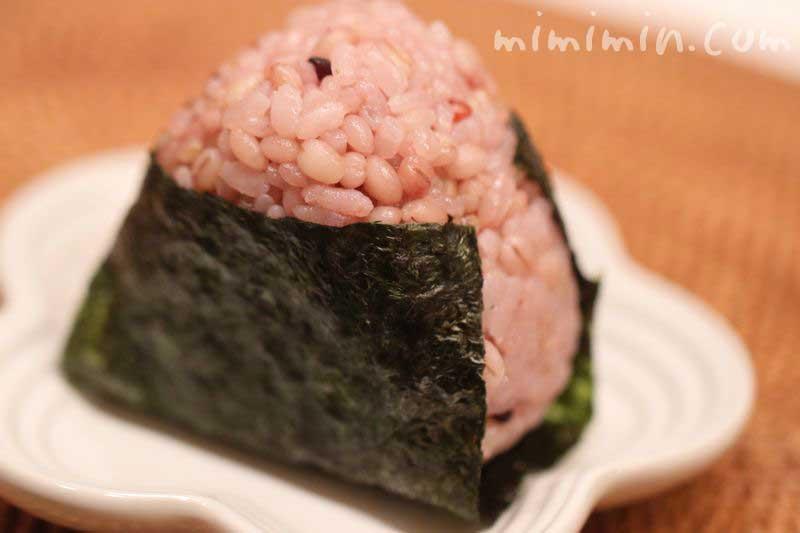 ルクルーゼ「フラワーコレクション」のお皿と雑穀米のおにぎりの写真