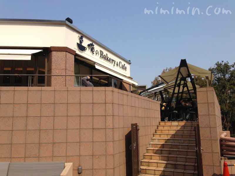 俺のベーカリー&カフェの2階テラス席の階段(恵比寿ガーデンプレイス)
