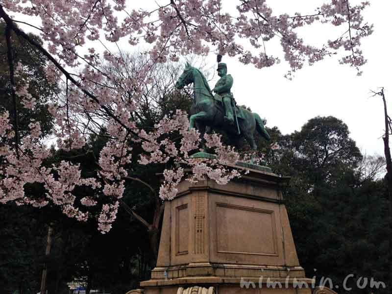 上野公園の小松宮彰仁親王像の写真
