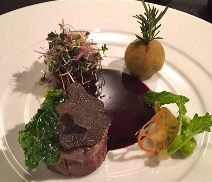 国産牛フィレ肉 香ばしく焼き上げ、そのバリエーション 黒トリュフと季節野菜のソテー、コクのある赤ワインソースの写真