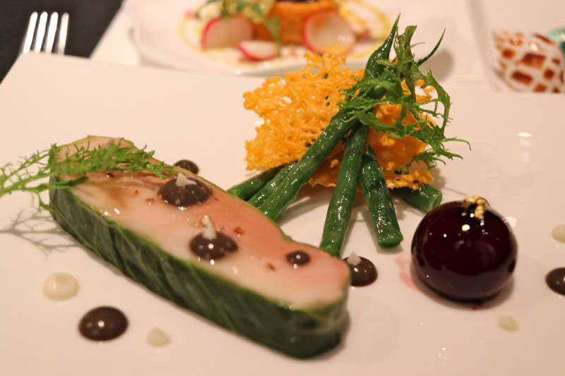 軍鶏胸肉と鴨のフォアグラのデュオ、トリュフの香るさやいんげんのサラダ