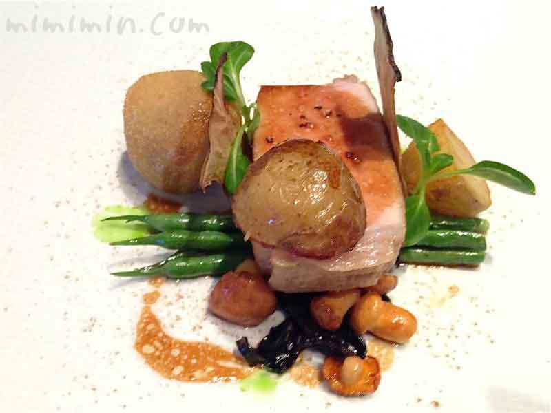 プラチナポーク(白金豚)ロース肉を低温調理にし、野菜と茸を添えて(ラ ターブル ドゥ ジョエル・ロブション)の写真