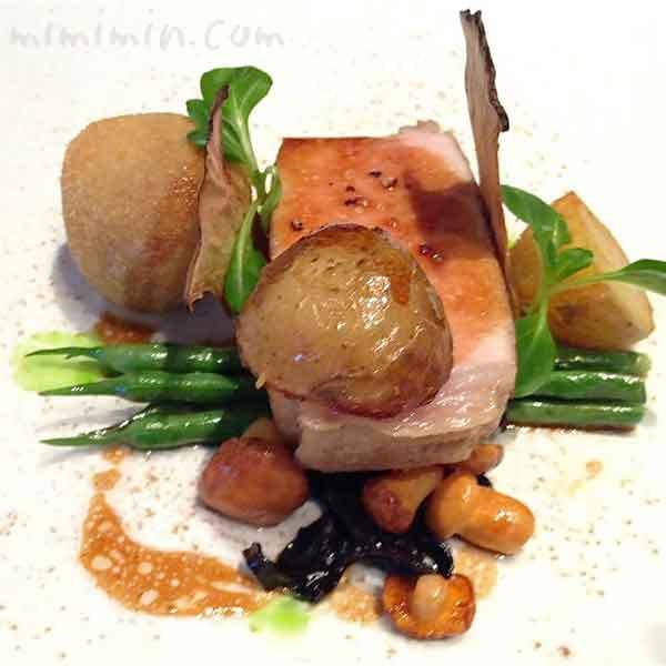 プラチナポーク(白金豚)ロース肉を低温調理にし、野菜と茸を添えての画像