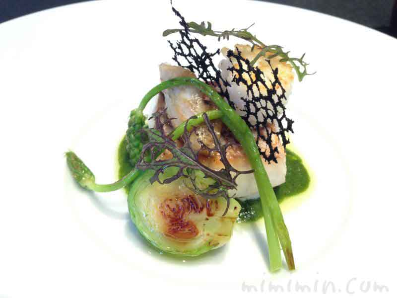 真鯛 しっとり焼き上げ、バジリック の香るトマトとグリーンタップナードのエッセンスの画像