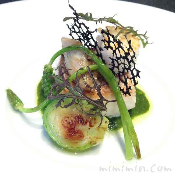 真鯛 しっとり焼き上げ、バジリック の香るトマトとグリーンタップナードのエッセンス(ラ ターブル ドゥ ジョエル・ロブション)の写真