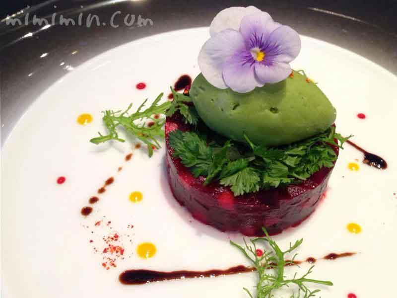 ビーツ リンゴと合わせ、苦味のあるサラダとグリーンマスタードのソルベと共に(ジョエル・ロブションの前菜)の画像
