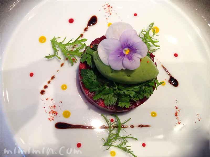 ビーツ リンゴと合わせ、苦味のあるサラダとグリーンマスタードのソルベと共に(ジョエル・ロブション)の画像