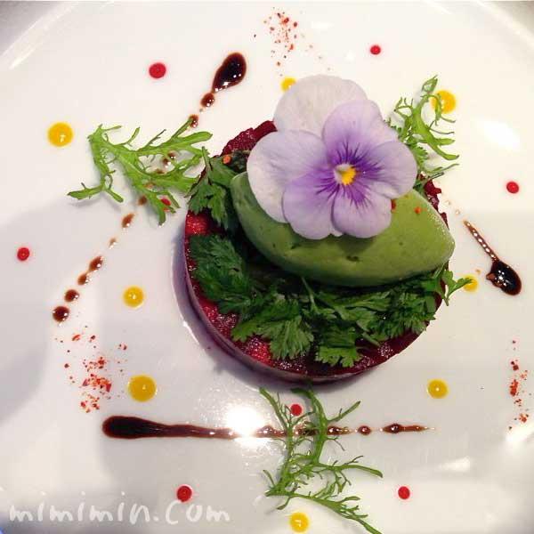 ビーツ リンゴと合わせ、苦味のあるサラダとグリーンマスタードのソルベと共に(ラ ターブル ドゥ ジョエル・ロブション)の画像