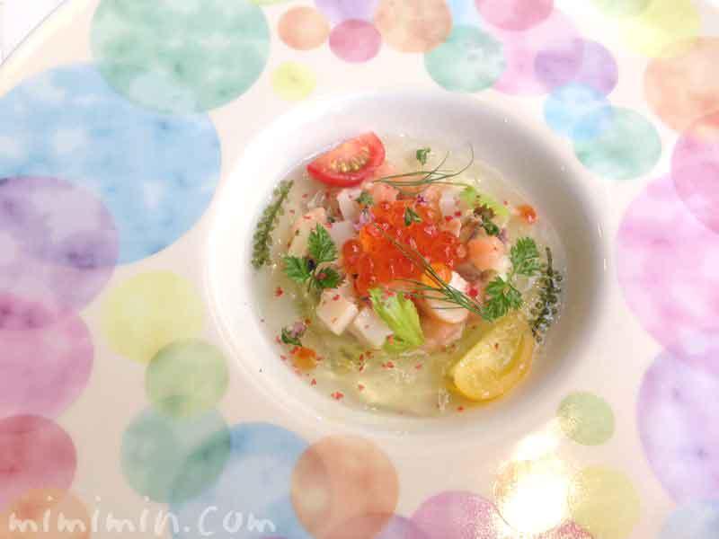 魚介類のマリネのタルタル アボカドのクリームとトマトのゼリーのハーモニーの写真