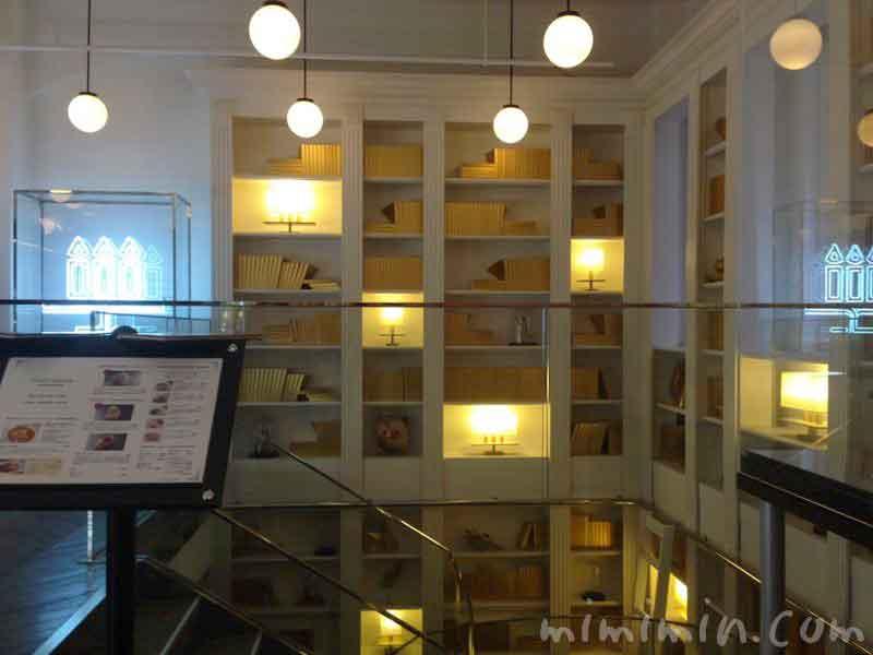 銀座メゾン アンリ・シャルパンティエ|サロン・ド・テ 本棚の写真