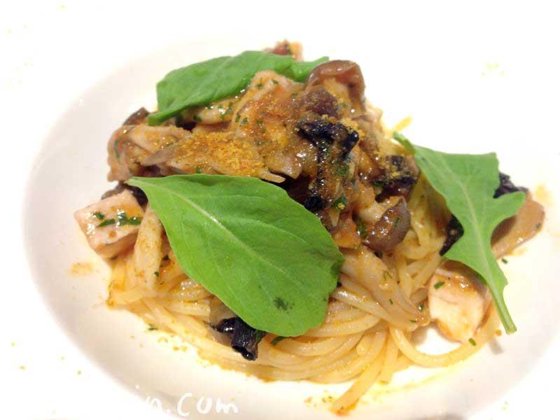メカジキのコンフィと茸のトマトソース からすみのパウダー スパゲッティ・ボスカイオーラ(リストランテASO)の画像