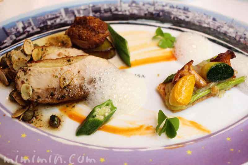 ホロホロ鳥のロースト ブールノワゼットソース 彩り野菜のタルト添えの写真