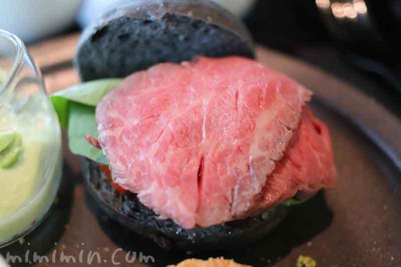 竹炭バンズとローストビーフ 茄子のサンドイッチ|ザ・ラウンジbyアマンのブラックアフタヌーンティーの写真
