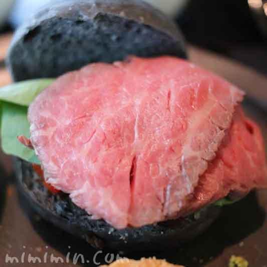 竹炭バンズとローストビーフ 茄子のサンドイッチ|ザ・ラウンジbyアマンのブラックアフタヌーンティー