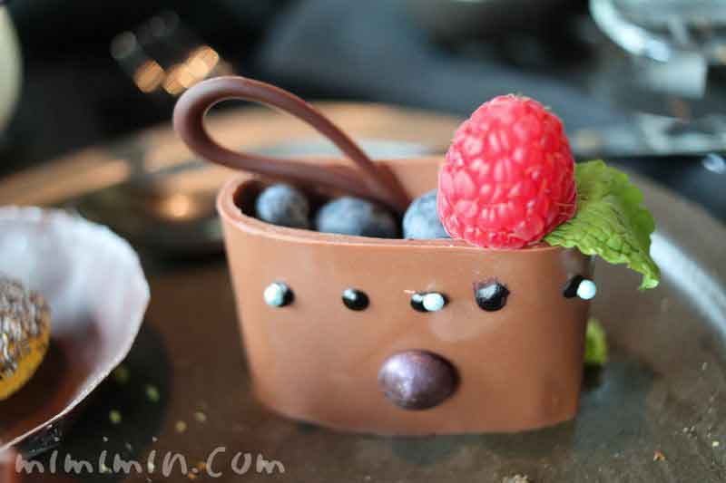 フレッシュブルーベリーを入れたチョコレートバッグ|ザ・ラウンジbyアマンのブラックアフタヌーンティーの写真