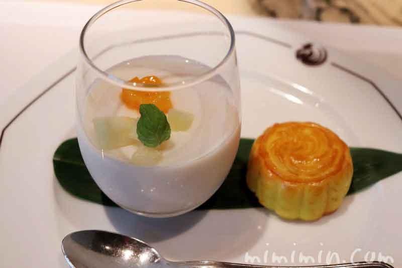 フレッシュフルーツ入り杏仁豆腐と中国菓子 ヘイフンテラス特製月餅の写真