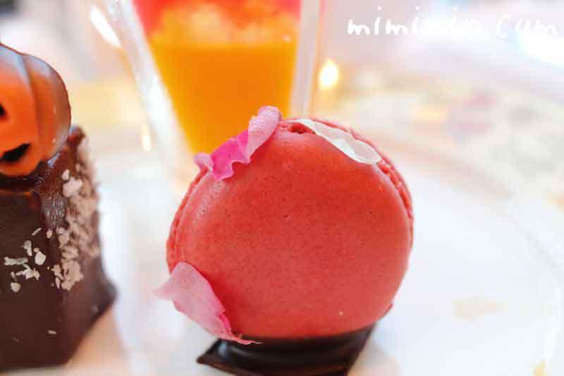 ラスベリーとフラワーのマカロン|シャングリ・ラ ホテル東京のクラシックアフタヌーンティーの画像