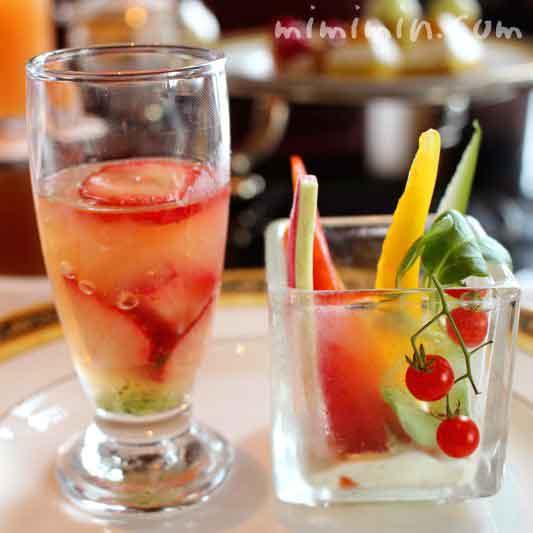 季節野菜のスティック パセリディップ|グレープフルーツジュレ フレッシュストロベリー バジルソースの写真
