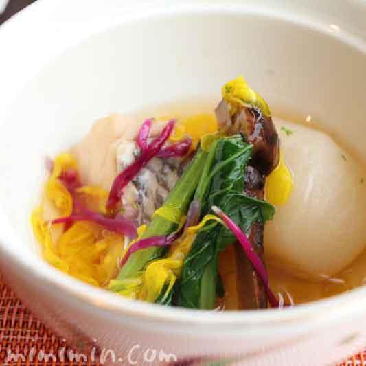 煮物(鯛 蕪 松茸 青味 もって菊 柚子)旬菜のランチの写真