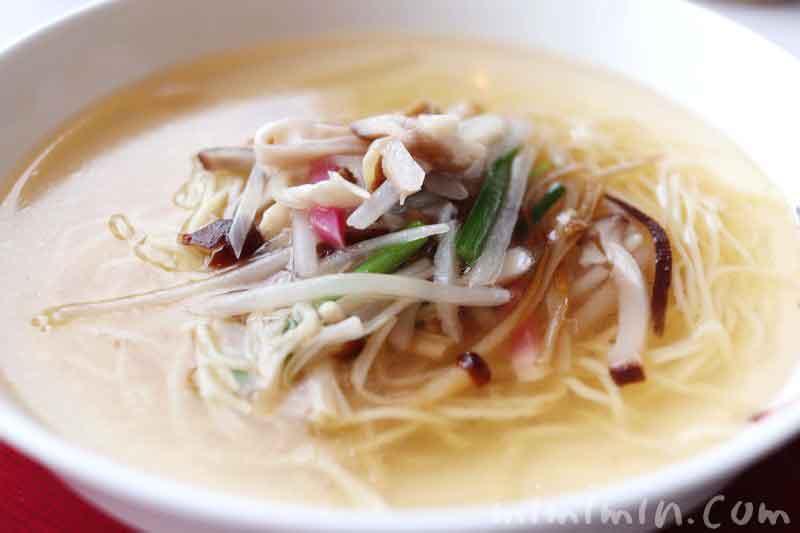 細切り野菜入り香港細麺のスープヌードル|広東料理 センスでランチ(マンダリン オリエンタル 東京)の写真
