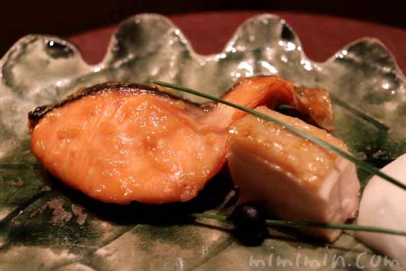 焼物|銀聖甘酒幽庵焼き 薩摩香潤鶏 小蕪 大徳寺納豆|日本料理 和田倉の会席ランチの写真