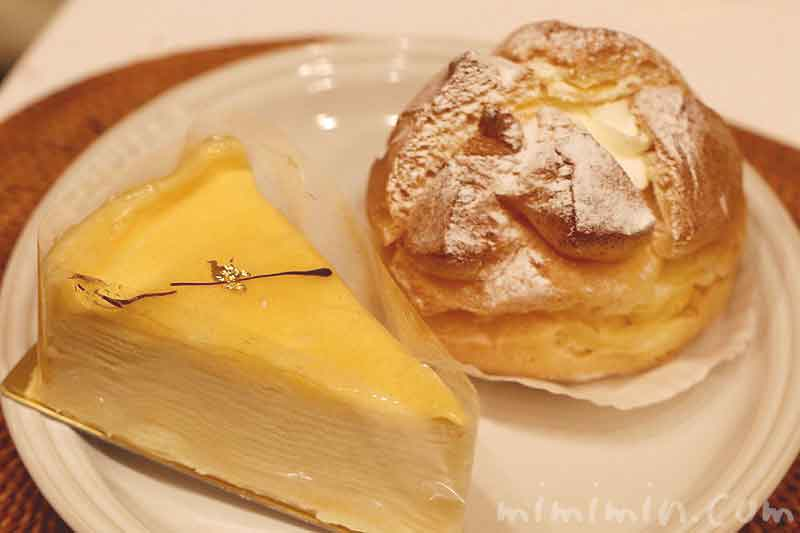 金のなめらかミルクレープとプディング・シュー|アンリ・シャルパンティエのケーキの写真