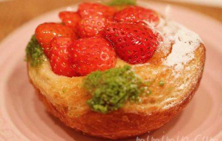 苺とリュバーブのデニッシュ|ラ ブティック ドゥ ジョエル・ロブションのパンの写真