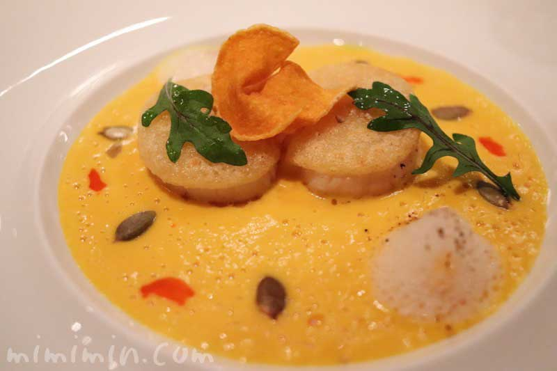 活帆立貝 コンテチーズのグラッサージュで焼き上げ、バターナッツのカプチーノと共に|ラ ターブル ドゥ ジョエル・ロブションのディナーの前菜の写真