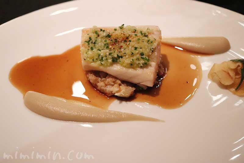 サワラのポワレ シブレットと生姜のコンディモン、菊芋のピュレとブランダード|ラ ターブル ドゥ ジョエル・ロブションのディナー&フリーフローの写真