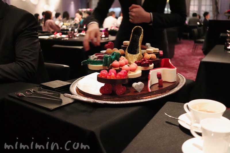 ミニャルディーズのワゴン|ラ ターブル ドゥ ジョエル・ロブションのディナーの画像