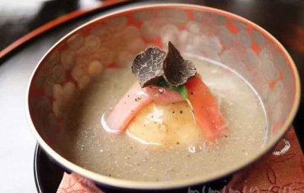 百合根饅頭 鶏つみれ フォアグラ トリュフ餡 マーシュ 大根人参結び|赤坂 菊乃井の写真