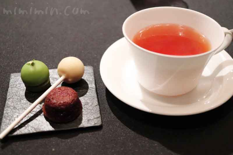 紅茶とミニャルディー|ラ ターブル ドゥ ジョエル・ロブションの画像