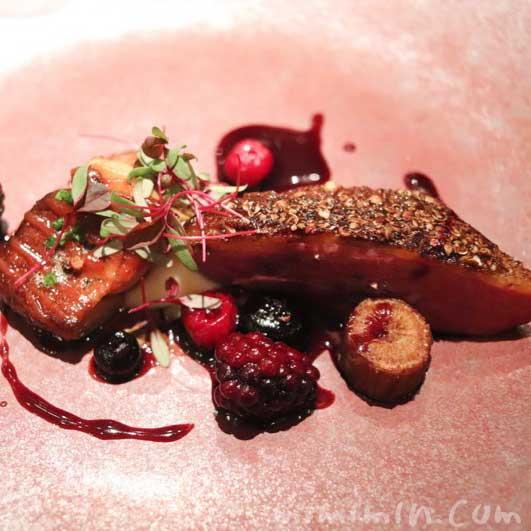 フランス産 仔鴨胸肉 エトフェとフォアグラのロティ 甘酸っぱい果実とトリュフをまとわせ|Q.E.D.クラブ・蛍の夕べの画像