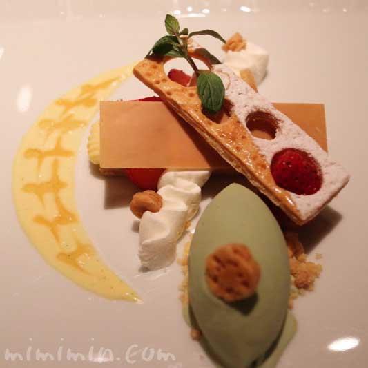 再構築した苺のミルフィーユ ピスタチオのアイスを添え|Q.E.D.クラブ・蛍の夕べ|蛍観賞付きディナーの写真