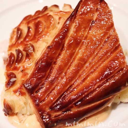 スズキのパイ包み焼き ソース ショロン|メゾン ポール・ボキューズのディナー|代官山の写真