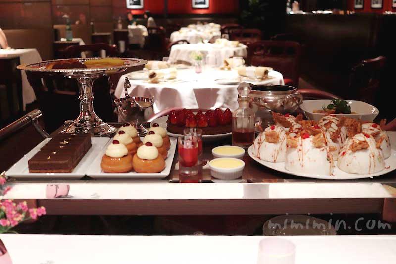 歓喜のデザート、プチフールとショコラ   ~ワゴンサービス |メゾン ポール・ボキューズのディナー|代官山のフレンチの画像