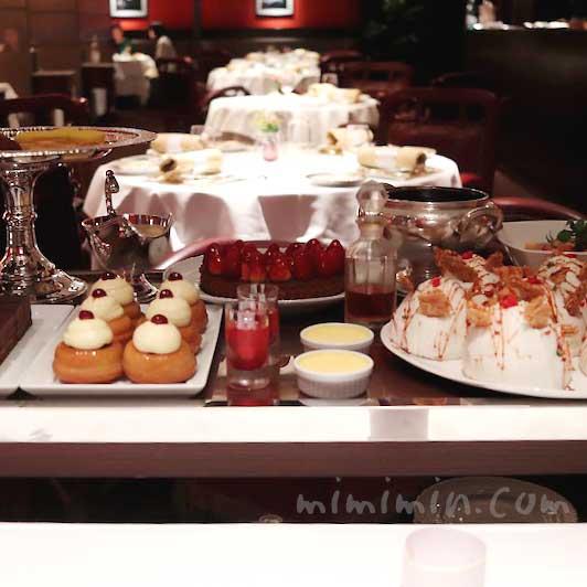 歓喜のデザート、プチフールとショコラ   ~ワゴンサービス |メゾン ポール・ボキューズのディナー|代官山の写真