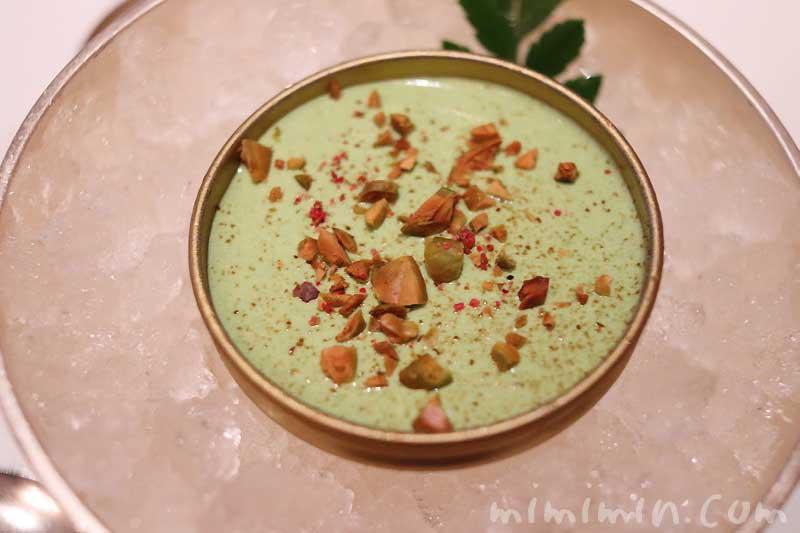 カンパチとピスタチオクリームのアミューズブッシュ|レ・セゾン|帝国ホテル東京の画像