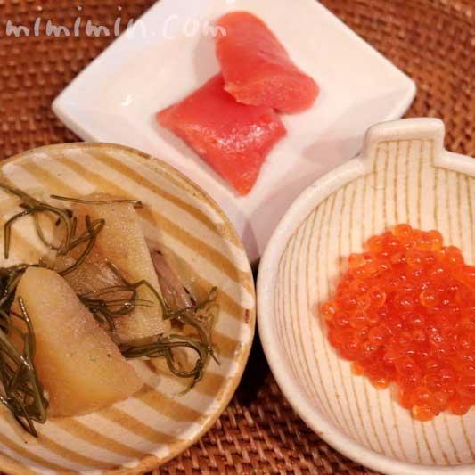 魚庵の辛子明太子の昆布〆と数の子のなにわ漬けと紅鮭いくらの燻製の画像