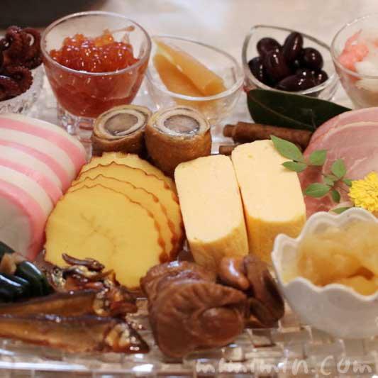 洋風のお皿に盛り付けたおせち料理の画像