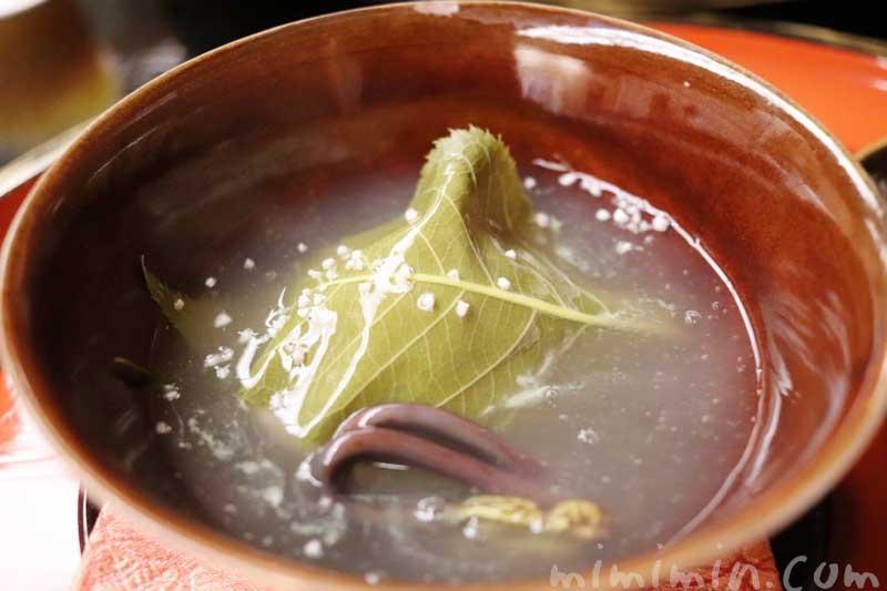 桜蒸し(甘鯛 道明寺 筍 わらび 銀餡 露生姜|赤坂 菊乃井のディナーの写真