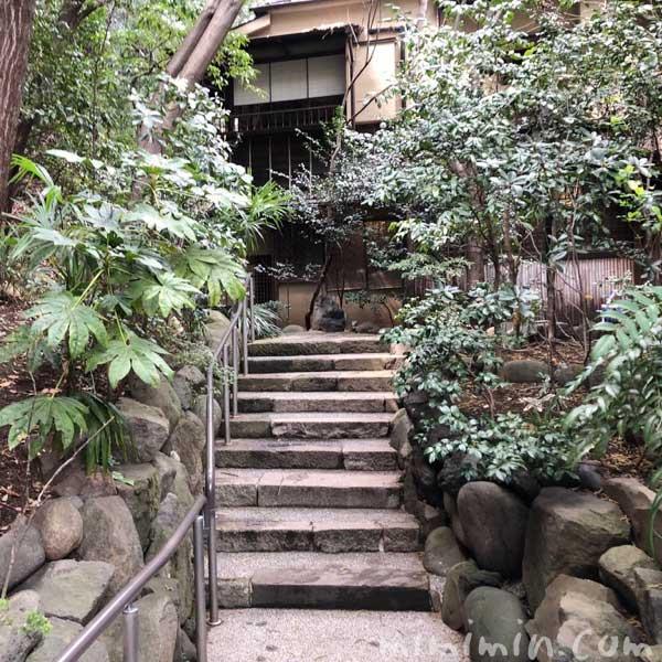 山の茶屋の入口の階段の画像